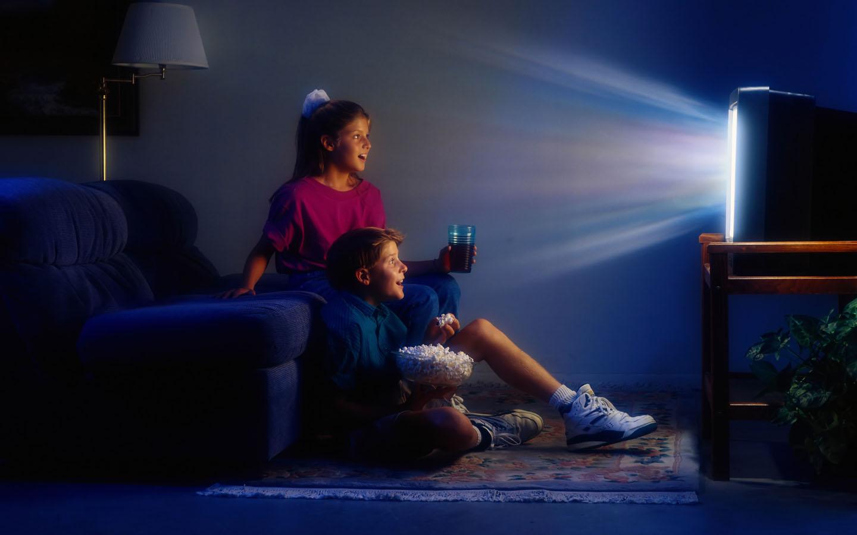 Дети смотрят рекламу по телевизору