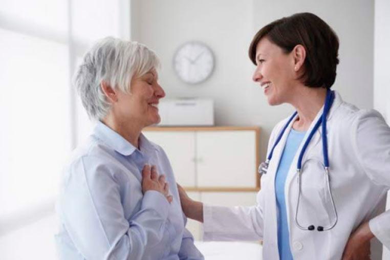 Доктор та пацієнт після лікування у закладі