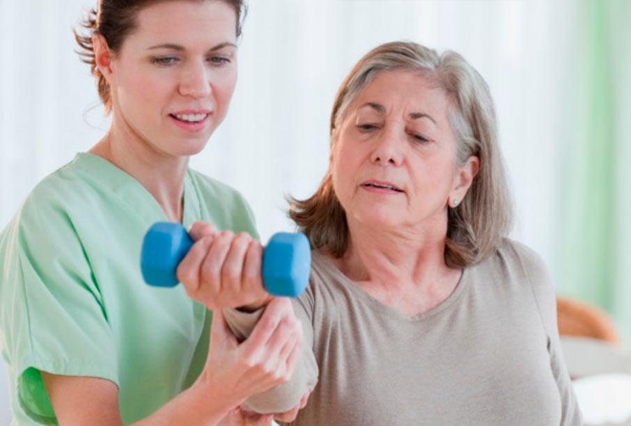 Реабілітація після інсульту літньої жінки у центрі неврології