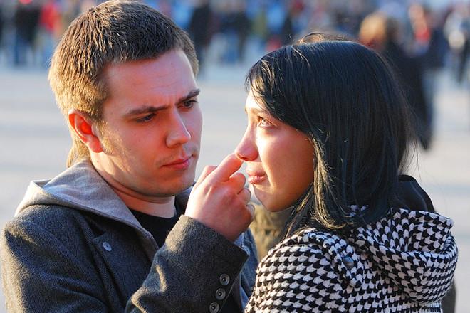 Хлопець витирає сльози дівчині