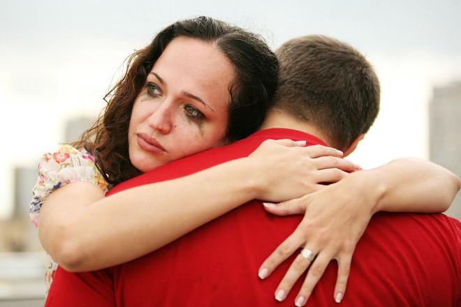 Дівчина в сльозах обіймає хлопця