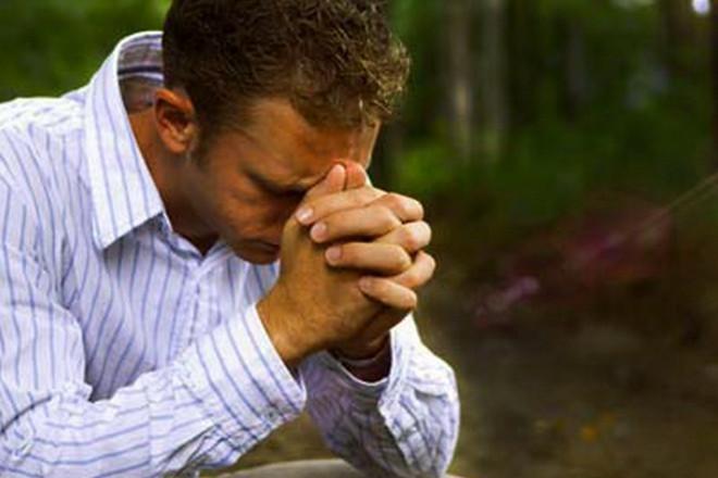хлопець молиться