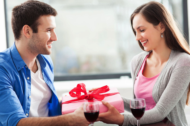 Хлопець дарує подарунок дівчині