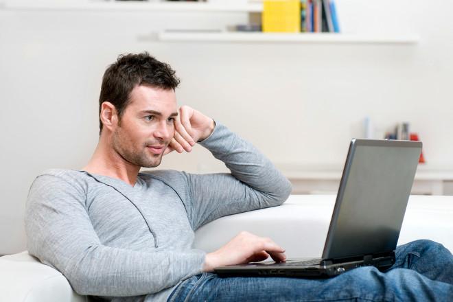 Хлопець сидить на сайті знайомств