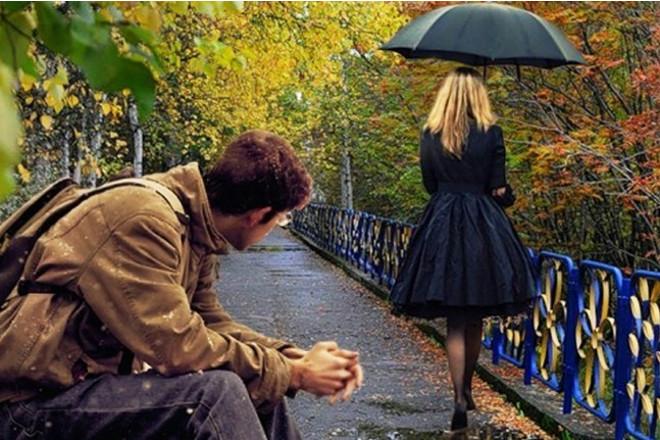 Дівчина йде під парасолькою