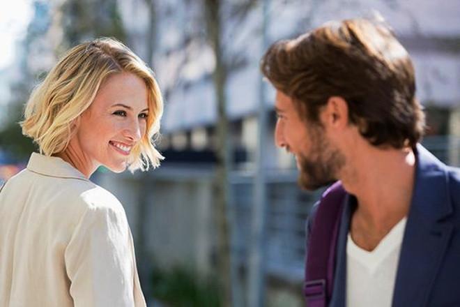 Дівчина посміхається хлопцю