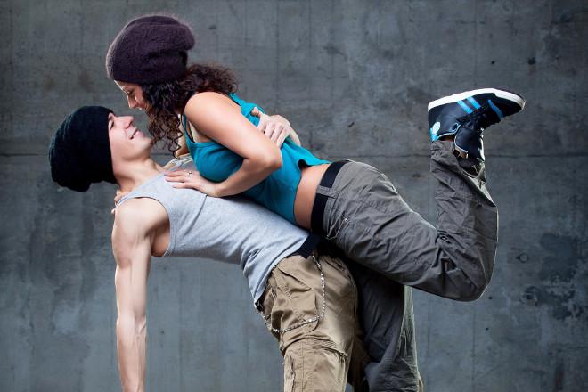 Хлопець танцює з дівчиною