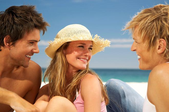 Дівчина з двома хлопцями