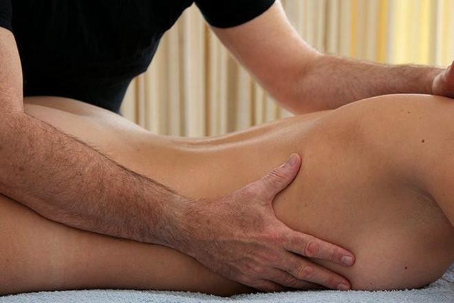 Хлопець робить масаж дівчині