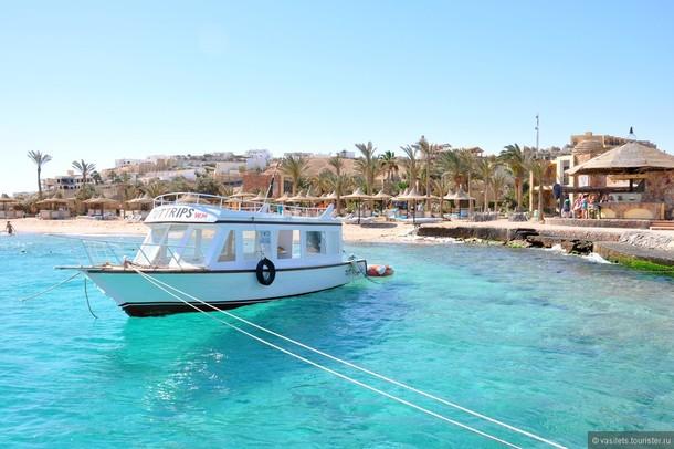 Пляжный отдых: яхта в море