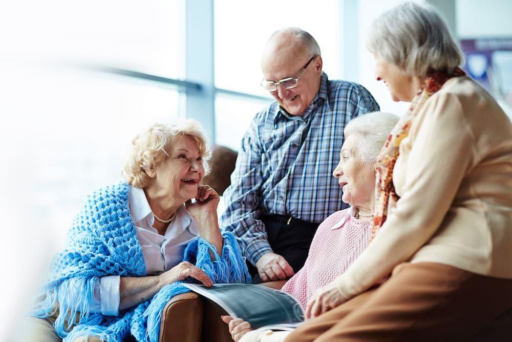 Счастливые пенсионеры в пансионате для престарелых