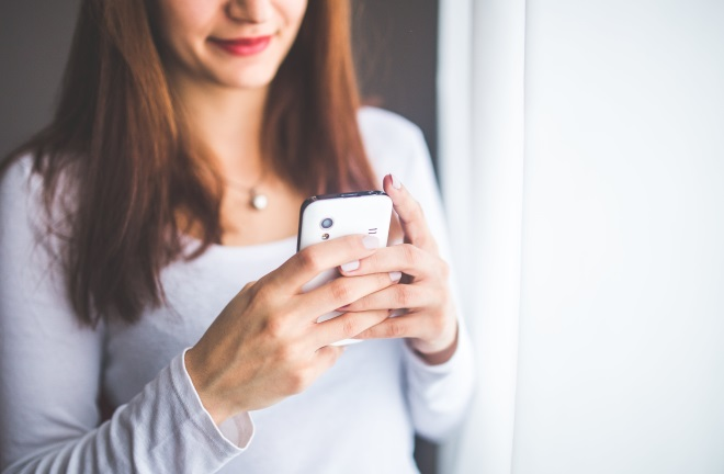 Дівчина тримає телефон