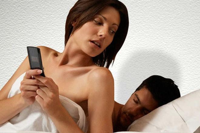 Дівчина перевіряє телефон