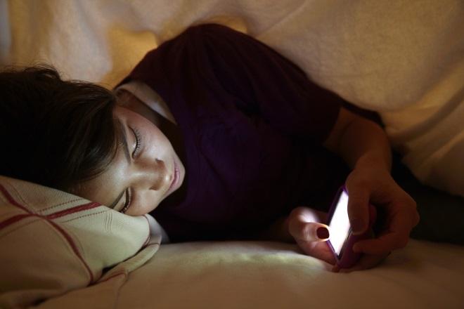 Дівчина читає телефон