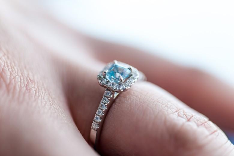 Каблучка на заручини з діамантом