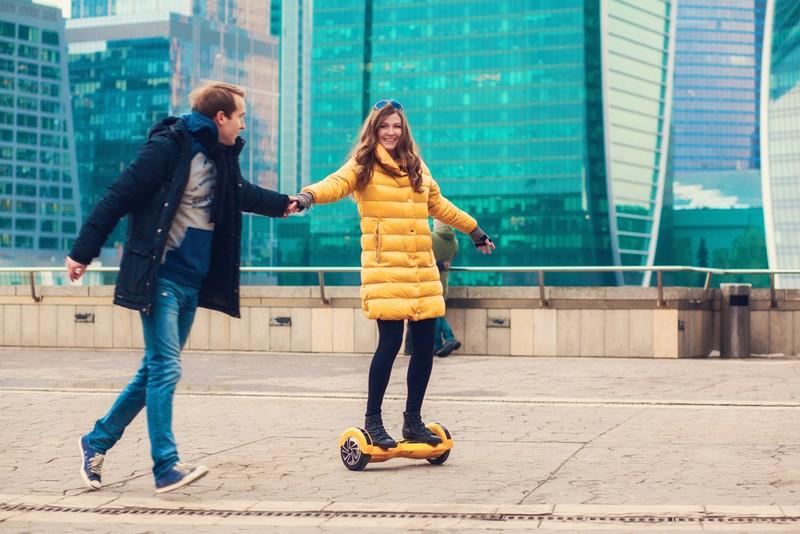 Парень и девушка катаются на гироскутере