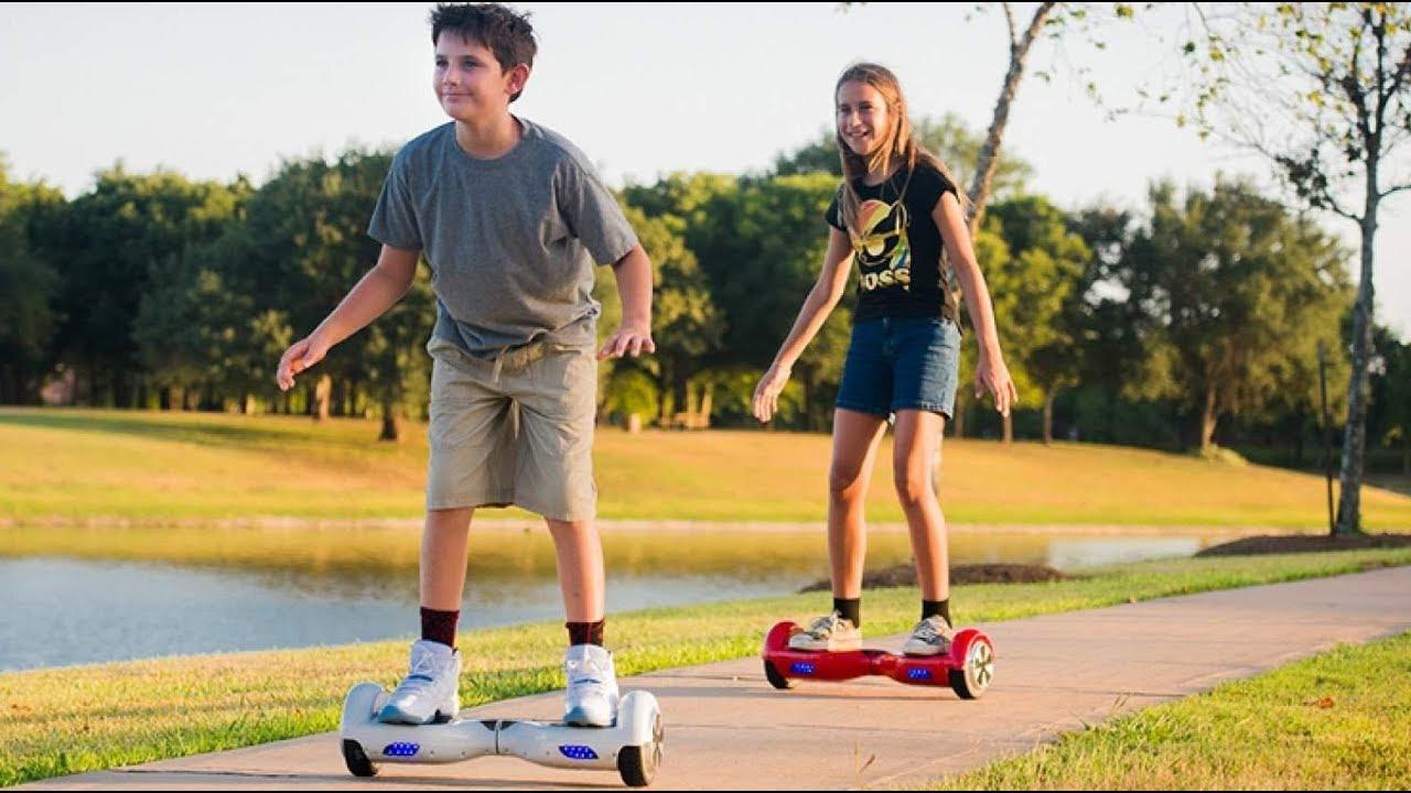 Счастливые дети катаются на гироскутерах