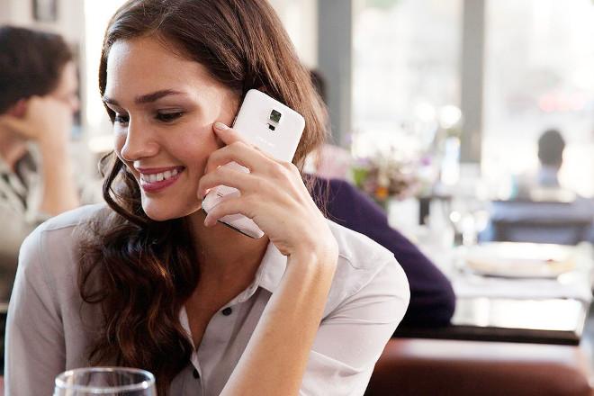 Дівчина розмовляє по телефону