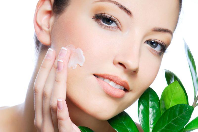 Мягкая и здоровая кожа лица женщины в результате регулярного приема пищевых добавок