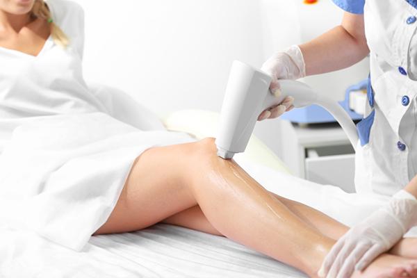 Лазерная эпиляция ног девушки