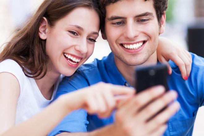 Хлопець з дівчиною дивляться в телефон