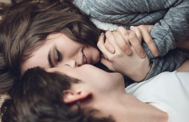 Хлопець з дівчиною лежать