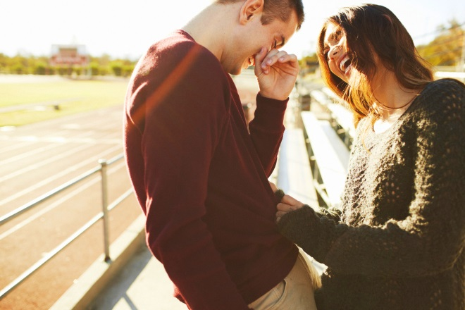 Хлопець і дівчина сміються