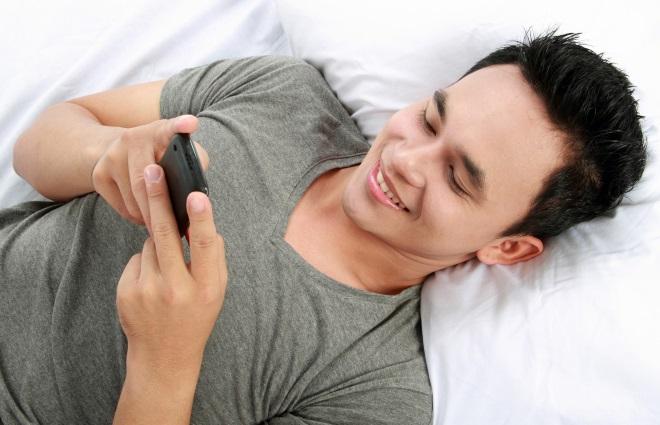 Хлопець читає телефон