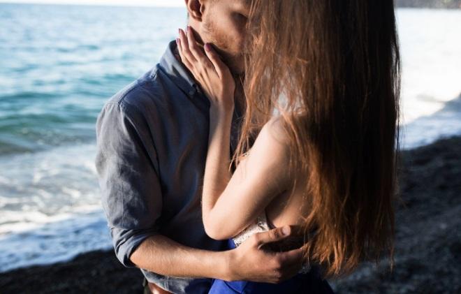 Хлопець обіймає дівчину