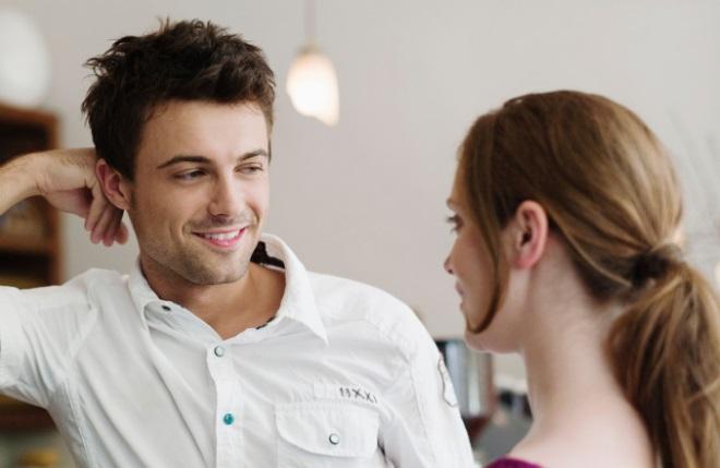 Хлопець дивиться на дівчину