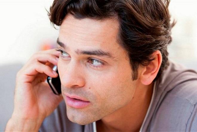 Хлопець телефонує
