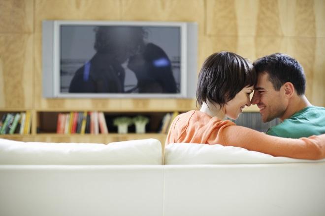 Дівчина з хлопцем дивляться фільм разом