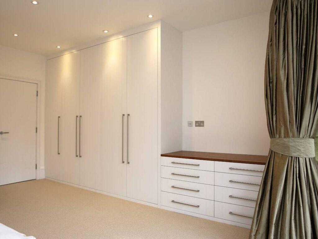 Встраиваемая мебель: шкаф до потолка в интерьере спальни