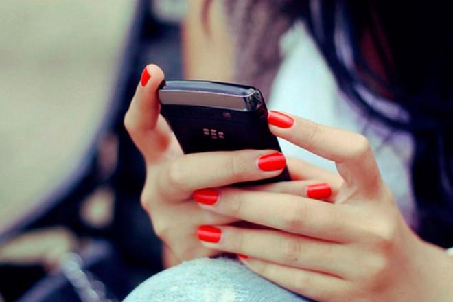 Телефон в руках дівчини