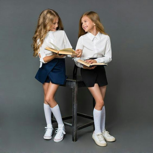 Девочки в модной школьной форме