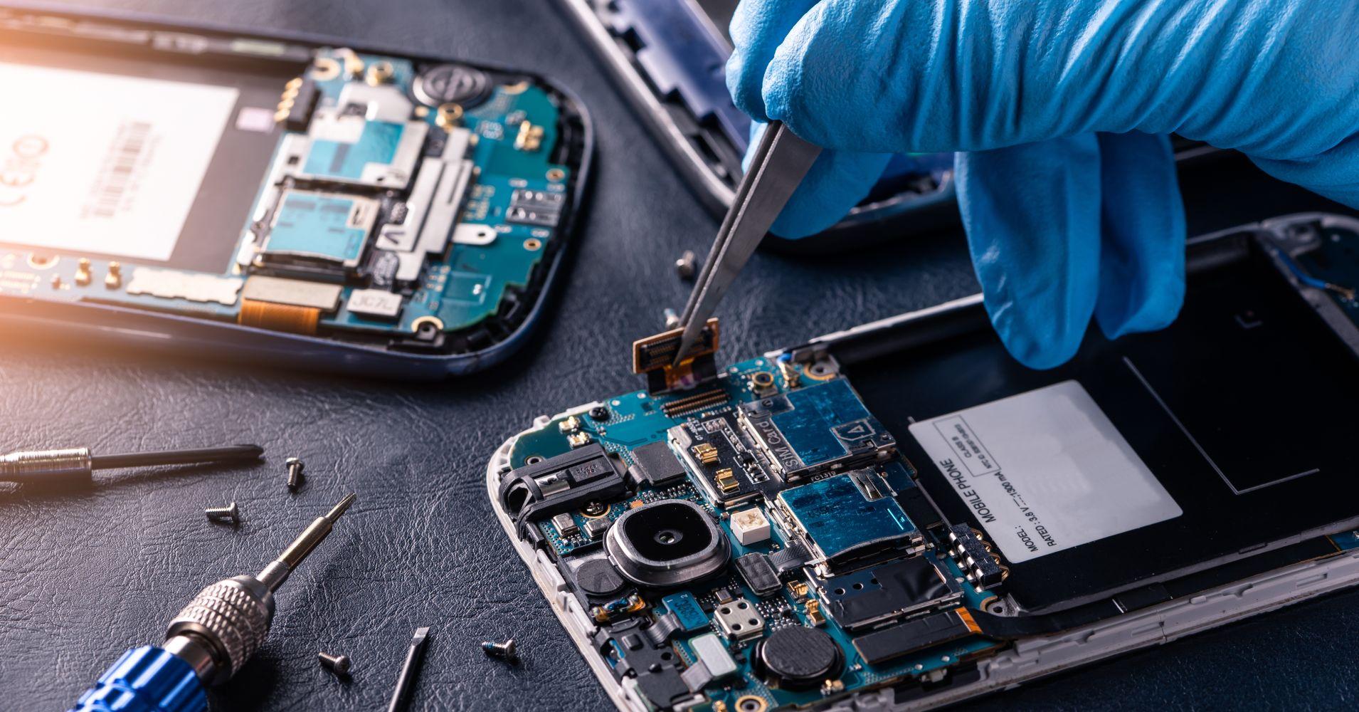 Процесс замены деталей на телефоне в процессе ремонта