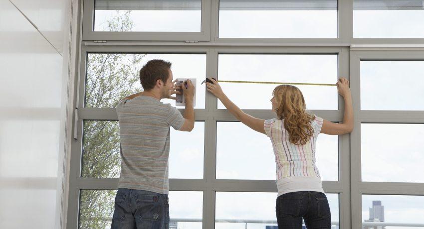 Муж и жена производят замер пластиковых окон ПВХ