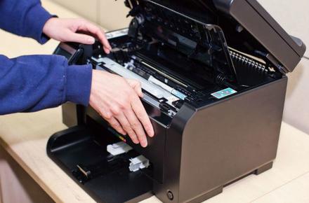 Процесс заправки картриджа специалистом сервисного центра «Tend»